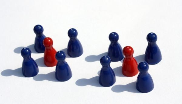 Interim Management Bild: Rote und blaue Spielfiguren
